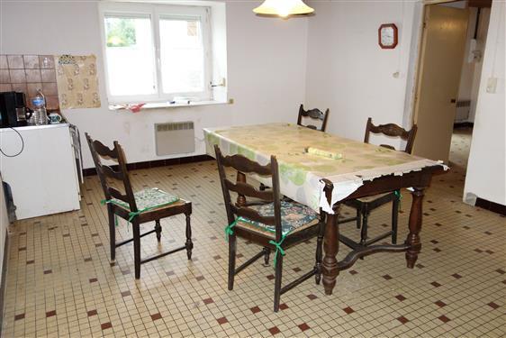LA TURBALLE DANS VILLAGE - Maison ancienne 2 chambres en partie � r�nover, � vendre
