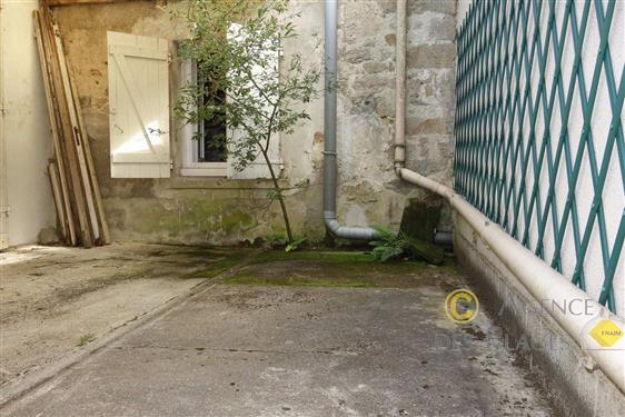 LA TURBALLE DANS VILLAGE - Maison � r�nover 2 chambres � vendre - Les commerces � pied